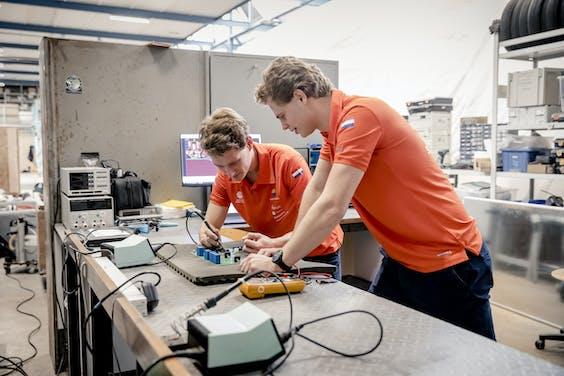 Het nieuwe team van de TU Delft dat een zonnewagen maakt voor een solar race in Amerika is druk aan het werk om de wagen af te krijgen voor juli.