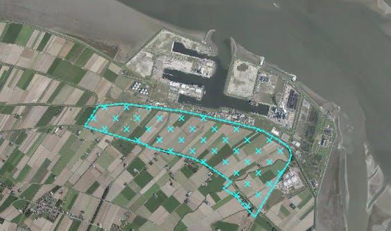 In het blauwe gebied is windpark Oostpolder gepland, direct grenzend aan de Eemshaven.