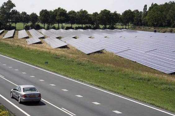 Zonnepanelen langs een provinciale weg bij Uden.