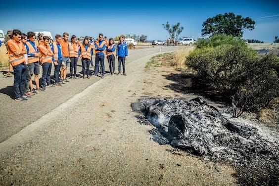 Vlak voor de finish vliegt de zonneauto van NunaX in de brand. Binnen een aantal minuten is er niets meer van over.