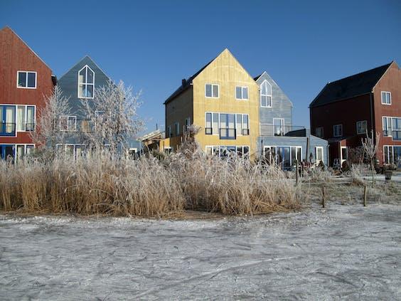 De Culemborgse wijk EVA Lanxmeer wordt verwarmd via het net van coöperatie Thermo Bello, dat het bestaande net in 2009 overnam van waterbedrijf Vitens.