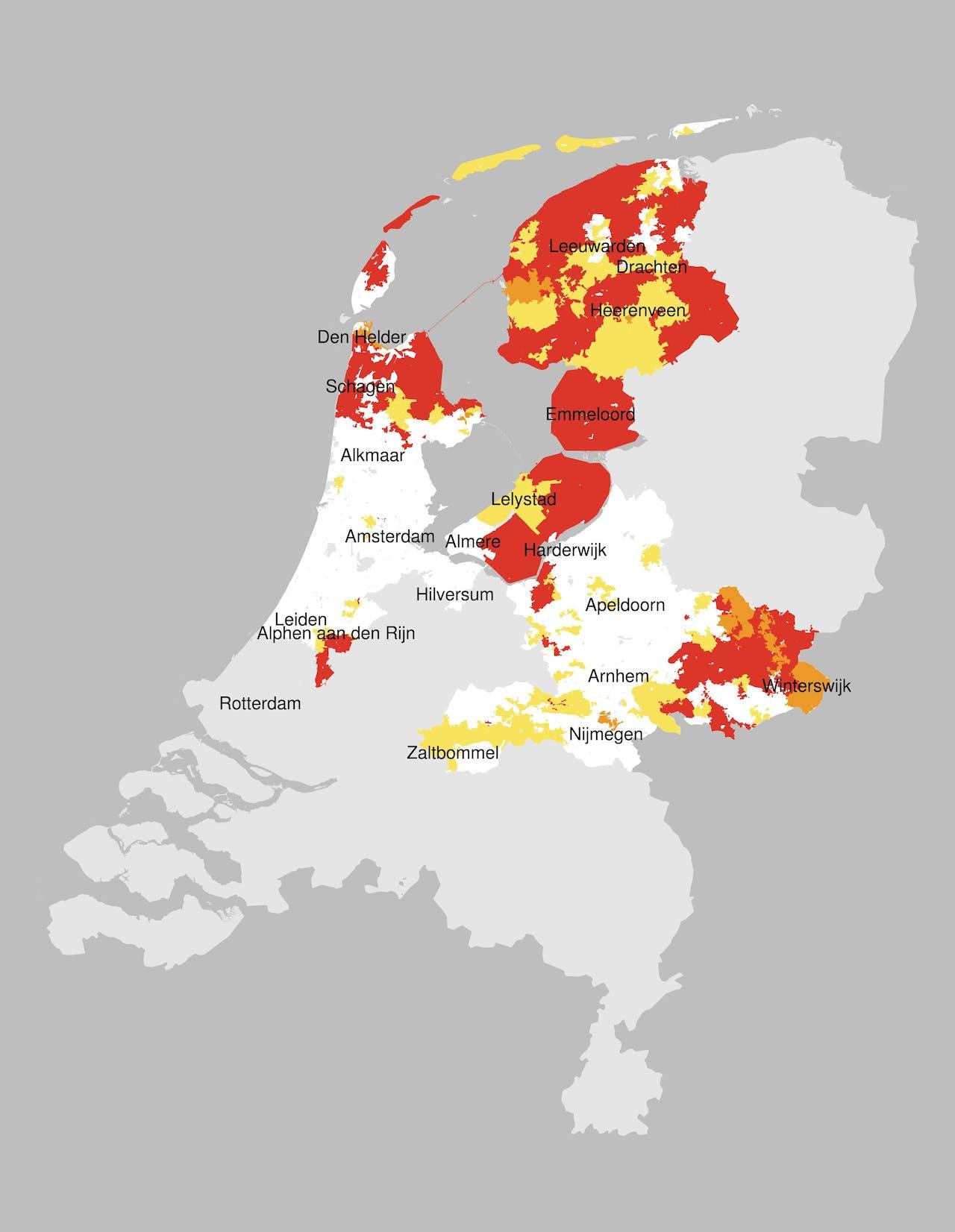 Overzichtskaart van congestie in het werkgebied van Liander. In de rode gebieden is het net vol én biedt congestiemanagement geen uitkomst, in de oranje gebieden is het net ook vol maar loopt nog een onderzoek naar de mogelijkheden van congestiemanagement, en in de gele gebieden is er nog wel ruimte op het net, maar zijn de grenzen wel in zicht. De congestie op deze kaart geldt alleen voor teruglevering aan het net, voor verbruik zijn er ook capaciteitsproblemen, maar de gebieden waarin dit speelt kunnen verschillen van de gebieden waar geen capaciteit meer is voor teruglevering.