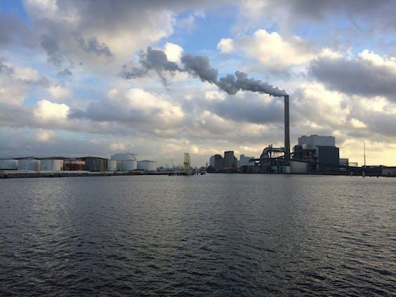 De Hemwegcentrale van Nuon in het Amsterdamse havengebied