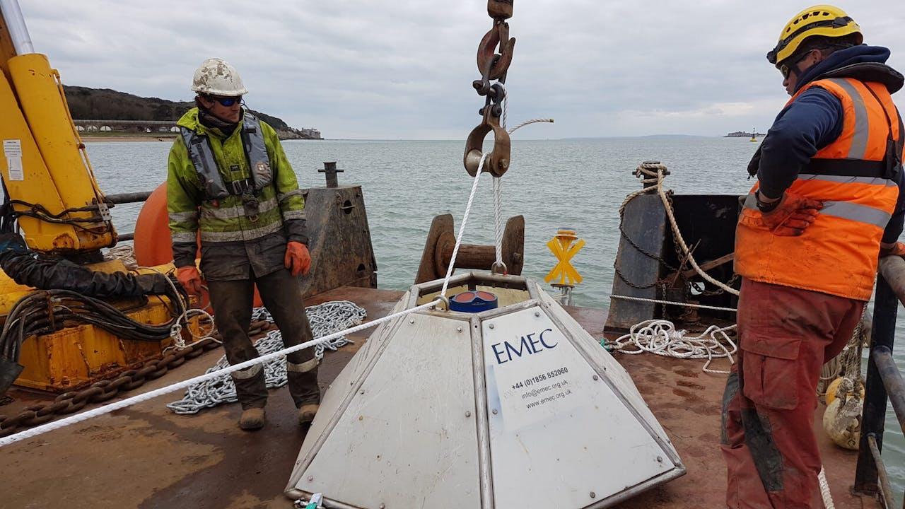 Het Britse bedrijf QED Naval plaatste begin april apparatuur op de zeebodem van de zeestraat tussen het Isle of Wight en het Britse vasteland voor het meten van de zeestroming. Op deze locatie wil het bedrijf eigen funderingen combineren met turbines van de Nederlandse dochter Tocardo.
