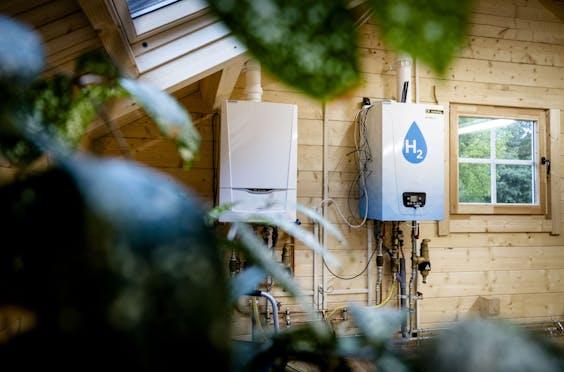 APELDOORN - Een oude CV-ketel en een waterstofketel in het Hydrogen Experience Centre, een experimenteel waterstofhuis van certificatie-instelling Kiwa en netwerkbedrijf Alliander. Het dient als opleidingslocatie voor monteurs, die zo kunnen leren hoe woningen geschikt gemaakt kunnen worden voor waterstof.